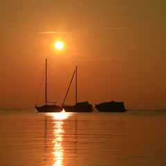 Golden Serenity (Robyn Hooz) Tags: garda lake lago barche boats sereno serenità tramonto sunset gold orange acqua verona italy clear sky cielo