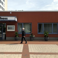 besser nach Hause (DANNY-MD) Tags: guesswhereberlin blumen fenster haus fusgänger mann berlin beschriftung eingang mobilisation flachbau begrünung krankenhaus