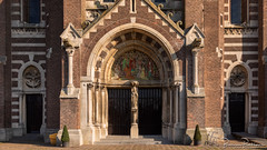 Heilige Lambertuskerk (DDD/TDD) (BraCom (Bram)) Tags: 169 bracom bramvanbroekhoven ddd ettenleur heiligelambertuskerk nederland netherlands noordbrabant northbrabant tdd architecture bricks deur door facade gevel painting pilaren pillars plant ramen schilderij sculpture stair stenen sunny symmetrical symmetrisch trap widescreen windows zonnig