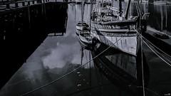 « Quand on est enfant, on monte dessus et on se croit capitaine » (Un jour en France) Tags: douarnenez finistère bretagne breizh bateau port canoneos6dmarkii canonef1635mmf28liiusm reflet noiretblanc noiretblancfrance monochrome black