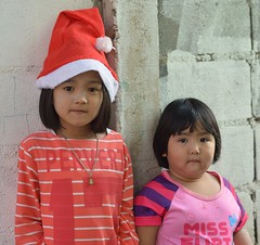 sisters (the foreign photographer - ฝรั่งถ่) Tags: two sister children santa cap hat khlong lard phrao portraits bangkhen bangkok thailand nikon d3200