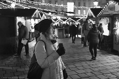 Weihnachtsmarkt Am Hof (ralcains) Tags: vienna wien österreich austria blackwhite blancoynegro bw blackandwhite greyscale monochrome monochromatic monocromatico monocromo monochrom calle fotografiadecalle street streetphotography ngc telemetrica rangefinder leica leicam leicamonochrom 35mm summicron