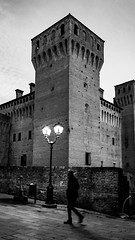 L'ombra (frogghyyy) Tags: streetphotography streetphoto streetart street monocromatico monochrome bw biancoenero blackandwhite castello castle italy architettura ombra architecture shadow