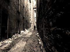 série en mal d'appareil - savoir surmonter (photosgabrielle) Tags: photosgabrielle urban montreal urbain people monochrome sepia city ville
