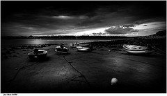 L'Attente...... (jmfaure29) Tags: jmfaure29 bretagne beach finistère paysage plage nature nuages nb monochrome canon ciel clouds sigma sky seascape sea