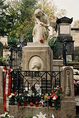 PL3-059-28 (David Swift Photography) Tags: davidswiftphotography parisfrance perelachaisecemetery fredericchopin fredericchopintomb graves cemeteries historiccemeteries 35mm film tombstone nikonfm2 kodakportra sculpture