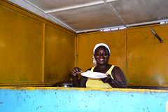 Restaurant de rue Praia Cap vert _2948 (ichauvel) Tags: restaurant femme woman sourire smile bonnehumeur riz rice platdujour marchédesucupira praia iledesantiago capvert caboverde voyage travel cuisiniére cook cabane getty
