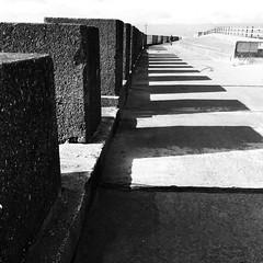 Amddiffynfeydd môr / Sea defences, Rossall (Rhisiart Hincks) Tags: blancinegre duagwyn gwennhadu dubhagusgeal dubhagusbán blackandwhite bw zuribeltz blancetnoir blackwhite monochrome unlliw blancoynegro zwartwit sortoghvid μαύροκαιάσπρο feketeésfehér juodairbalta