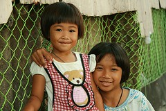 pretty sisters (the foreign photographer - ฝรั่งถ่) Tags: sisters girls children khlong thanon portraits bangkhen bangkok thailand canon