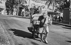 Mann mit Einkaufswagen (rainerneumann831) Tags: bw blackandwhite street strase streetphotography candid strasenfotografie monochrome urban ©rainerneumann riodejaneiro mann