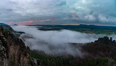 Einen Lichtblick gabs dann doch (matthias_oberlausitz) Tags: schrammstein schrammsteinaussicht nebel elbsandsteingebirge elbe elbtal sachsen saxony sächsische schweiz sonnenaufgang schrammsteine