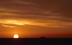 Un nuovo giorno (fotomie2009) Tags: balcorama alba dawn sunrise sun sole cielo sky ship nave orizzonte horizon clouds nuvole orange 60