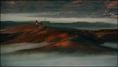 Una mattina nebbiosa (angelofruhr) Tags: pienza dorcia italy italien italia toskana tuscanny toscana sonnenaufgang sunrise alba landschaft nebel nebbia fog valdorcia