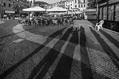 Ombre (Mario Bertocchi) Tags: bn bw canon reflex mariobertocchi ph photo fotografia blackwhite bianconero biancoenero blakewhite ombre ombra figura figure lerici nene piazza