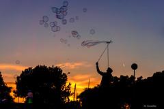 Pompas de jabón (Carpetovetón) Tags: pompas pompasdejabón anochecer cielo soap bubbles soapbubbles