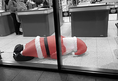 Santa Sacked (tcees) Tags: homebargains tarvinrd chester samsung smg950f urban man woman people bw mono monochrome blackandwhite uk streetphotography street shop window cashier barrier noentry till counter bag santaclaus cable