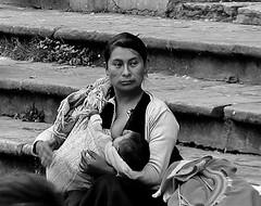 MEXICO, indogenes Leben in den Straßen von San Cristóbal de las Casas,  Mutter mit Baby, 19393/12211 (roba66) Tags: urlaub reisen travel explore voyages rundreise visit tourism roba66 mexiko mexico mécico méjico nordamerika northamerica zentralamerika yukatanhalbinsel 2017 chiapas platz places historie menschen leute people sancristóbaldelascasas woman indios blackwhite bw sw branco negro blackandwhite blancoenero blancoynegro monochrome byn bretoebranco einfarbig schwarzweis frau mutter baby kind child bettlerin indogen bevölkerung armpoor