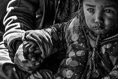 Zanskar - Main dans la main. (Gilles Daligand) Tags: inde zanskar enfant grandmère mains