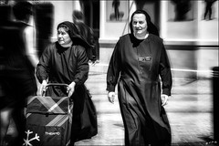 Le ravitaillement de la congrégation... /  Food supplies for the congregation.. (vedebe) Tags: rue street city ville urbain urban femme religion noiretblanc netb nb bw monochrome