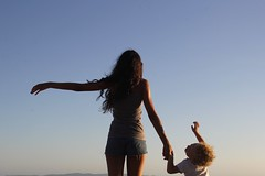 Enjoy the wind (carooola@) Tags: sisterandbrother fratelloesorella mare sea silouhette freedom libertà vento wind carolagasparri
