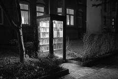 the enlightening power of books (Aspenlaub (blattboldt)) Tags: bookbooth book zeiss sony carlzeiss ilce7rm3 alpha7riii manualfocus manualiris manualexposure ⚶ emount nārrātō loxia235 loxia235biogon widenormal 35mm ludwigbertele 51736001 biogon handheld monographic city urban rhapsodic books light night dark contrast europe germany kiel schleswigholstein wisdom