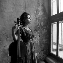 Линда (Natasha Buzina) Tags: portrait studio cello musician film 120mm square pentaconsix blackandwhite пленка студия портрет