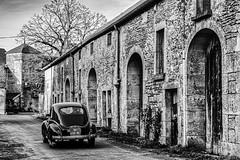 La voiture noire (Lucille-bs) Tags: europe france bourgognefranchecomté bourgogne côtedor blignylesec nb monochrome rue voiture village porche architecture voiturenoire