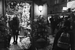 Altwiener Christkindlmarkt (ralcains) Tags: vienna wien austria österreich blackwhite blancoynegro bw blackandwhite schwarzweis noiretblanc monochrome monochromatic monocromo monocromatico monochrom greyscale telemetrica rangefinder street streetphotography calle fotografiadecalle leica leicam leicamonochrom 35mm summicron
