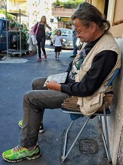 2019-12-30_11-25-14 (CK63) Tags: man seated woman child peoplewalking peoplesitting peopleinthestreet candidstreetphotography candidphotography unposed pov colorstreetphotography urbano urbanimages peoplephotos italy rome roma