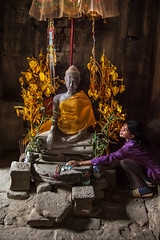 Angkor Wat, Cambodia (pas le matin) Tags: angkor angkorwat angkorvat wat vat buddhism temple travel voyage world siemreap buddha asia asie southeastasia cambodge cambodia portrait woman stone pierre sculpture ancient gold canon 7d canon7d canoneos7d eos7d