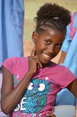 à la sortie de 'école Cap vert _3770 (ichauvel) Tags: fille girl jeunefille younggirl écoliére école school sourire smile portrait exterieur outside beauté beauty jolie pretty belle beautifulruivaz iledesantiago capvert caboverde afrique africa coiffure