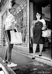El Fotógrafo Pillado II (Bart van Hofwegen) Tags: women people shop shopping city citystreet citylife urban urbanphotography urbanlife street streetphotography blackandwhite monochrome