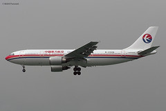 China Eastern Airlines (MU/CES) / A300B4-605R / B-2326 / 09-29-2005 / HKG (Mohit Purswani) Tags: china chinaeasternairlines mu ces airbus airbusa300 airbusa300b4600r a300b4600r b2326 hkg hkia clk vhhh hongkong cheklapkok hongkonginternationalairport finalapproach landing widebody airlines aircraft aviation plane spotting olympus c750 olympusc750 ahkgap