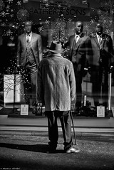 Je suis ton père (Mathieu HENON) Tags: leica leicam noctilux 50mm m240 monochrome laphotodulundi street streetphoto streetlife photoderue nb bnw bw blackwhite noirblanc france paris 14ième arrondissement fathersons homme seul chapeau vitrine trottoir shopping