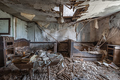 Twin Bed room 01 (Travelers Of The Past) Tags: urbex urban exploration urbaine friche decay lost place forbidden places abandoned abandonné forget forgotten exploring explorer explore explo