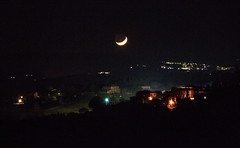 Luna sopra Porto (phacelias) Tags: marleenroelofs italia lichtjes lights luna maan moon nacht night notte porto toscana toscane tuscany umbria luci