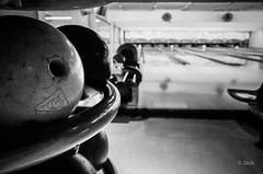 au bowling (Jack_from_Paris) Tags: q1000096bw leica q2 19050 dng mode lightroom capture nx2 rangefinder télémétrique hybride blackandwhite monochrome bw noiretblanc noir et blanc monochrom wide angle summilux 28mm pistes boule lignes