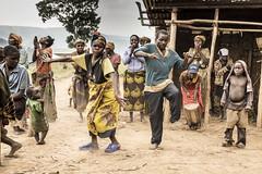 Danza pigmea (Txaro Franco) Tags: africa uganda pigmeo pigmea danza ritmo música baile musik rhythm dance pygmydance