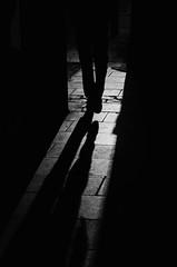 Divagaciones Urbanas (natan_salinas) Tags: streetphotography fotografíaurbana fotografíacallejera bw blackwhite blanconegro bn blancoynegro blackandwhite monocromático monochrome nikon gente d5100 urbe urban city ciudad portrait retrato urbano noiretblanc pasajeros passengers street calle people luz light shadow sombras contraluz chile silueta silhouette backlighting backlight twilight man male hombre pies feet 50mm