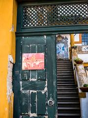 20191118-251 (sulamith.sallmann) Tags: zeichen aveiro durchgang europa geöffnet hammerundsichel kommunistischepartei offen politik portugal schild stufen symbol treppe tür zugang sulamithsallmann