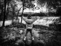 Ne pas se retourner.... / Don't look back... (vedebe) Tags: noiretblanc netb nb bw monochrome human humain people enfant eau rivière