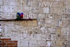 Gravures (JDAMI) Tags: chapelle stdomice fouencamp somme 80 picardie hautsdefrance france nikon d600 tamron 2470 calcaire briques tags gravures incriptions fleurs potsdefleurs étagère