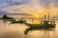 _DSC8968.0612.Hòn Câu.Diễn Hải.Diễn Châu.Nghệ An (hoanglongphoto) Tags: asia asian vietnam sea beach sands sunrise landscape scenery people landscapeandpeople boat eastsea sky hoanglongphoto clouds sun sony sonyslta77r dt1680mmf3545za nghệan diễnchâu diễnhải hòncâu biển biểnđông bãibiển bãicát thuyền thuyềnđánhcá người phongcảnh phongcảnhcóngười biểndiễnchâu bìnhminh mặttrời bầutrời mây bìnhminhtrênbãibiển sunriseonthebeach seascape phongcảnhbiển fishingboat skyline chântrời