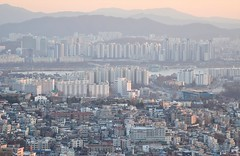 South of Seoul City (κεηηγsκ™) Tags: korea southkorea korean seoul itaewon hannam namsan seoultower namsantower nseoultower city cityscape horizon scenery bustling bustlingcity township town metropolitan landscape sunset dawn tower travel tourist holiday communication observation namsanmountain namsangongwongil yongsan tourism lovelocks