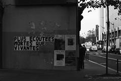 « PLUS ÉCOUTÉES MORTES QUE VIVANTES » (just.Luc) Tags: letters lettres protest political wall muur mur mauer parijs parigi paris îledefrance france frankrijk frankreich francia frança bn nb zw monochroom monotone monochrome bw