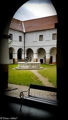 Museumshof in Neuhaus CZ (Dieter Höhnel) Tags: innenhof brunnen bank rundgang arkaden arkadenhof