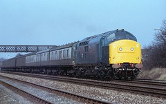 MISSING IDENTITY (Malvern Firebrand) Tags: kempseye shrewsbury sutton bridge junction salop shropshire 1983 1980s footbridge 37 englishelectric loco locomotive diesel engine class37 37xxx 37229 test train railways br britishrail vehicles coaches transport welshmarches marches northwest