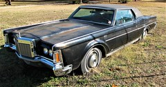 1970 Lincoln Continental (Gerry Dincher) Tags: fayetteville cumberlandcounty northcarolina southeasternunitedstates gerrydincher unitedstatesofamerica unitedstates northcarolinahighway59 nchighway59 hopemillsroad lincolncontinental lincoln 1970 blacklincoln malaise