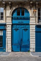 And now for something blue... (Ivan van Nek) Tags: ruenotredame bayonne pyrénéesatlantiques france blue bleu blau blauw 64 nikond7200 sigma1770 2019 frankrijk frankreich doorsandwindows ramenendeuren porte door tür
