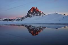 La montaña más bonita (jaecheve) Tags: mididossau pyrenees pirineo pirineos france francia ayous gentau reflejo atardecer sunset